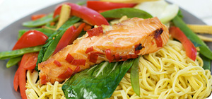 Salmon parcels with noodles and vegetables